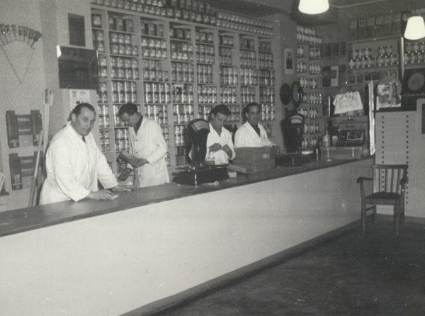 Historisches Bild - Ladentheke mit Mitarbeitern