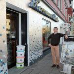 Vorderansicht Ladenlokal mit Geschäftsführer Hermann Schulte
