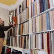 Geschäftsführer Hermann Schulte vor einer Vielzahl an Teppichmustern