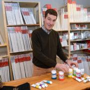 Geschäftsführer Hermann Schulte vor seiner großen Auswahl an Keilrahmen