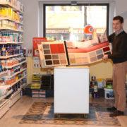 Geschäftsführer Hermann Schulte mit Mustern an Bodenbelägen
